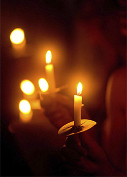 Memorial Ideas For Loved Ones Holding A Candlelight Vigil